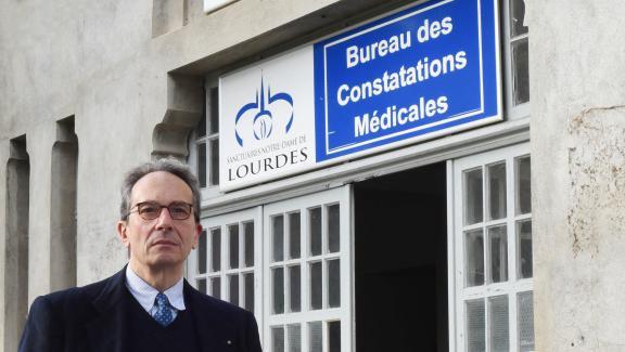 Le docteurAlessandro de Franciscis, président du Bureau des constatations médicales, pose devant ses locaux, à Lourdes (Hautes-Pyrénées).