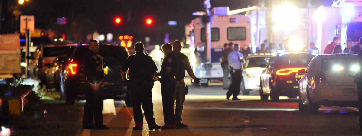 Des policiers bloquent l\'accès au lycée Marjory Stoneman Douglas, à Parkland (Floride, Etats-Unis), où un tireur a tué 17 personnes, le 14 février 2018.