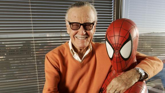 Le créateur de comics Stan Lee en compagnie de Spiderman, dans ses bureaux de Beverly Hills (Etats-Unis), le 18 décembre 2008.