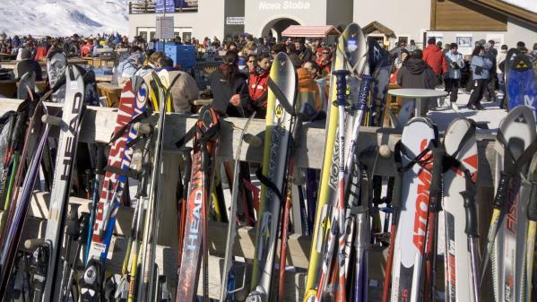 """""""Il y a beaucoup trop de neige et tout est fermé, on fait avec"""" : ces skieurs qui comprennent la fermeture des pistes en raison du risque d'avalanches"""