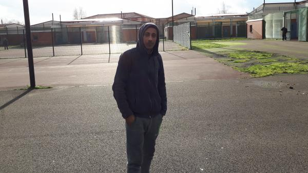 """""""C'est pire que la prison"""" : témoignages au cœur du plus grand centre de rétention administrative de France"""