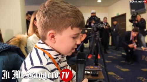 """Football: un petit journaliste ukrainien de 11ans bluffe ses """"confrères"""" en conférence de presse"""