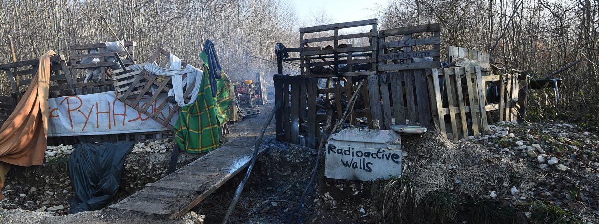 Evacuation des zadistes anti Bure du bois Lejuc, à Mandres-en-Barrois, le 22 février 2018 par cinq escadrons de gendarmerie. Ci-contre, la zone incendiée par les zadistes.