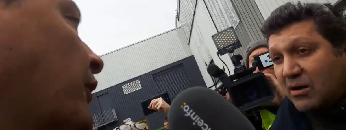 Un membre de la CGT-PSA interpelle le ministre des Finances Bruno Le Maire lors de sa visite à l\'usine PSA de Mulhouse.