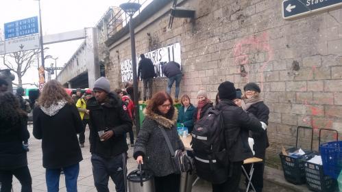 """""""J'ai peur qu'ils ne meurent de froid"""" : à Paris, les bénévoles redoublent de vigilance envers les migrants qui dorment dehors"""