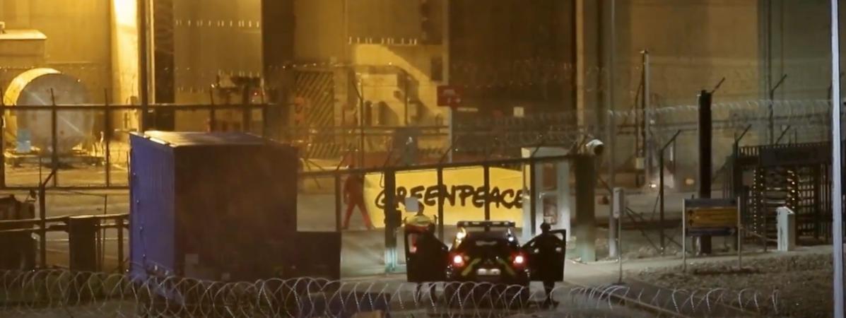 Des gendarmes font face à des militants de Greenpeace qui se sont introduits dans la centrale nucléaire de Cattenom (Moselle), le 12 octobre 2017.
