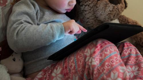 """Les enfants trop exposés aux écrans ? """"Leur pouce n'arrive plus à se plier normalement pour pouvoir tenir un crayon"""""""