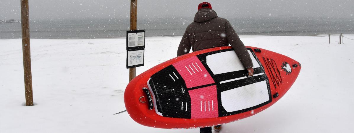 Un surfeur sous la neige, le 28 février 2018, sur la plage de Palavas-les-Flots (Hérault).