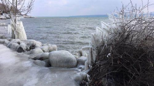 Froid : le vent sculpte la glace au bord du lac Léman