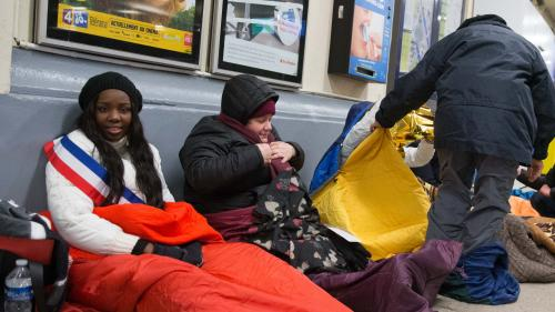 """""""On a passé la nuit à discuter avec eux"""" : une dizaine d'élus racontent leur veillée avec des sans-abri"""