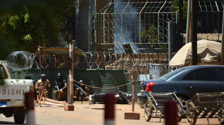 Des personnels de sécurité devant l\'Institut français, à Ouagadougou (Burkina Faso) le 2 mars 2018.
