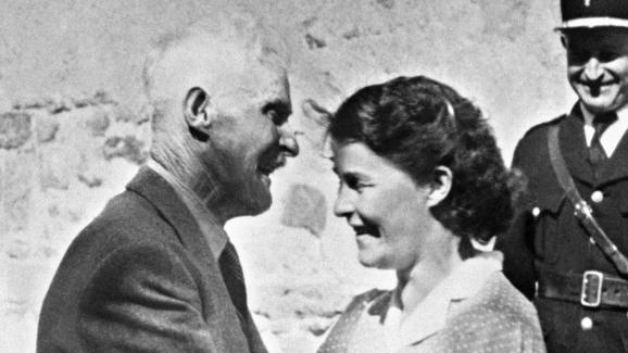 Guillaume Seznec, revenu du bagne, avec sa fille Jeanne, le 23 juillet 1949 à Quimper (Finistère).