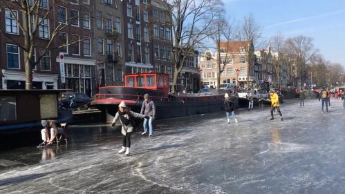 VIDEO. A Amsterdam, les canaux gelés se transforment en patinoire