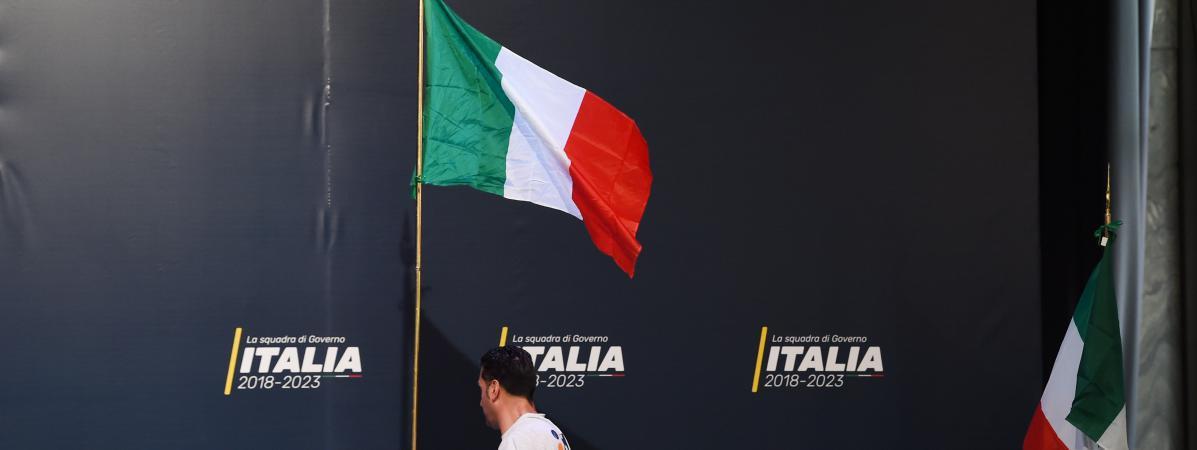 Un homme prépare la scène avant l\'arrivée du dirigeant du M5S (Mouvement 5 étoiles)Luigi Di Maio à Rome, le 1er mars 2018.