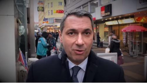 VIDEO. Hongrie : un conseiller du Premier ministre se met en scène dans une vidéo xénophobe