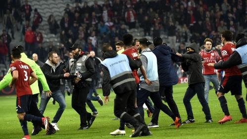 Football : les supporters lillois envahissent le terrain et s'en prennent aux joueurs