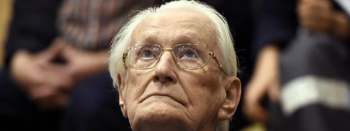 L\'ancien comptable d\'Auschwitz Oskar Gröning, lors de son procès en juillet 2015, à Lunebourg (Basse-Saxe, Allemagne).