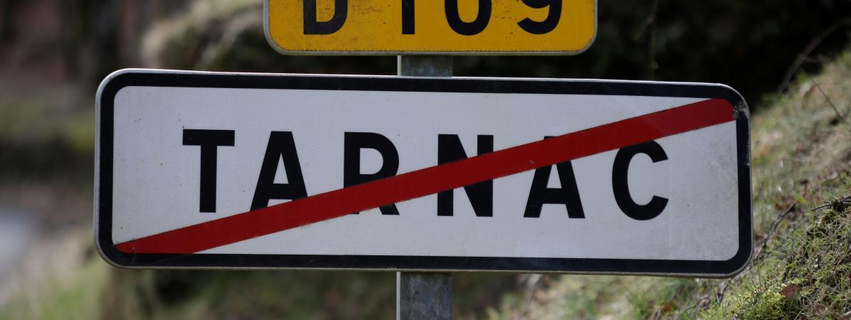 Panneau de signalisation de la ville de Tarnac, en Corrèze.
