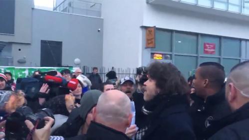 VIDEO. Crachats, jets d'objets, insultes : face-à-face tendu entre Bertrand Cantat et des manifestants avant un concert à Grenoble