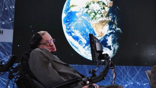 Mort de Stephen Hawking : cinq choses à savoir sur l'astrophysicien britannique