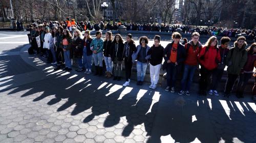 Etats-Unis : des milliers d'élèves manifestent contre les armes à feu