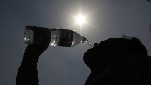 L'eau en bouteille de plusieurs marques contaminée au plastique, selon une étude