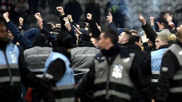 Incidents à Lille: neuf supporteurs interpellés et placés en garde à vue après l'envahissement du terrain