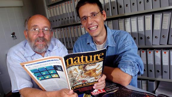 """Michel Mayor et Didier Queloz, avec le numéro de \""""Nature\"""" dans lequel a été publié leur article, le 11 août 2005, à l\'université de Genève."""