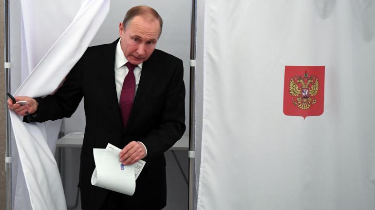 Vladimir Poutine sort de l\'isoloir, le 18 mars 2018, à Moscou (Russie).