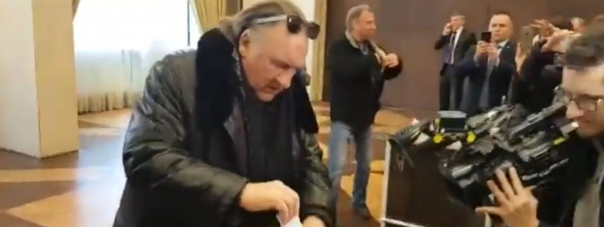 L\'acteurfrançais Gérard Depardieu vote pour l\'élection présidentielle russe à l\'ambassade de Russie, à Paris, le 18 mars 2018.
