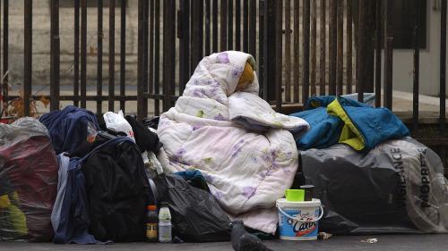 """La mairie de Paris veut créer une centaine de """"bulles"""" pour abriter les sans-abri"""