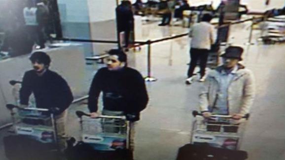 Image de vidéosurveillancedes trois terroristes de l\'aéroport de Zaventem (Belgique). Najim Lachraoui (à gauche), Ibrahim El Bakraoui (au centre) et Mohamed Abrini (à droite)