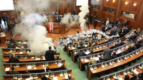 VIDEO. Kosovo : des députés lancent des grenades lacrymogènes au Parlement (et ce n'est pas la première fois)