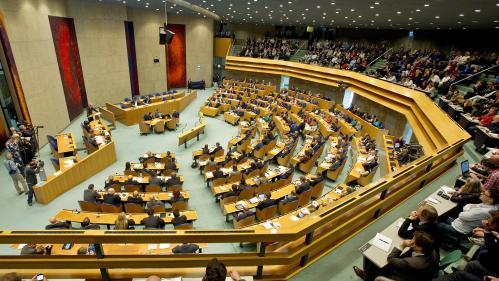 Pays-Bas : un homme tente de se suicider pendant une séance du Parlement