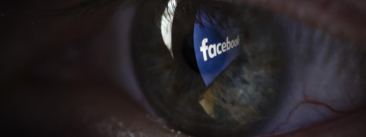 Le logo Facebook qui se reflète dans un œil.