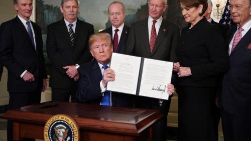 """Mesures contre les importations, droits de douane... Les Etats-Unis et la Chine se lancent dans une """"guerre commerciale"""""""