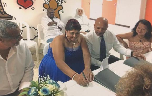 Nadège Lhomond signe les registres d\'état civil le jour de son mariage avec Casanova Agamemnon, le 27 novembre 2017, au centre de détention du Port, à La Réunion.