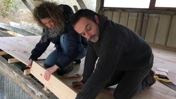 Virginie Philippe et Xavier Richard sur le chantier de construction du séchoir, le 28 mars 2018, dans la ZAD de Notre-Dame-des-Landes (Loire-Atlantique).