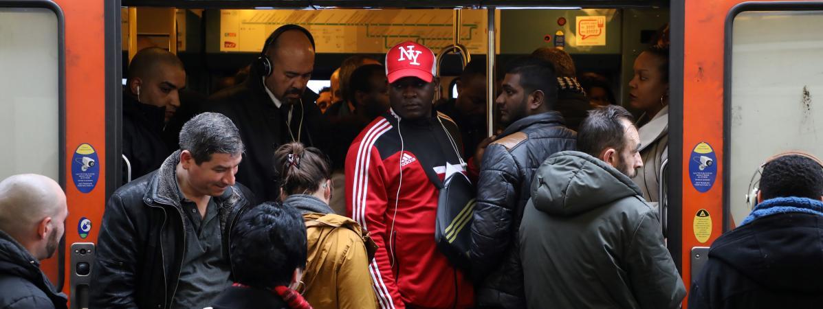 Des voyageurs à la gare de Lyon à Paris, mardi 3 avril 2018.