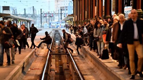 VIDEO. Grève à la SNCF : des voyageurs descendent sur les voies à la gare de Lyon, deux sont blessés