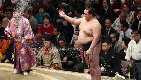 """VIDEO. Japon: jugées """"impures"""", des femmes secouristes chassées d'une arène de sumo"""