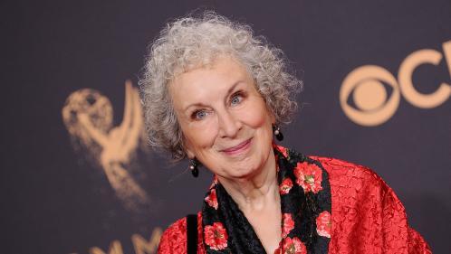 """Margaret Atwood, l'auteure qui a anticipé l'Amérique de Donald Trump dès 1984 avec """"La Servante écarlate"""""""