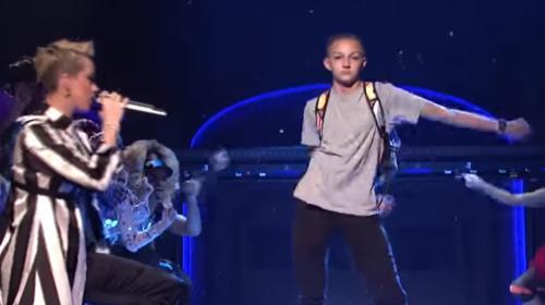 """VIDEO. On vous explique le phénomène """"Backpack Kid"""", cet ado américain qui fait danser la planète"""