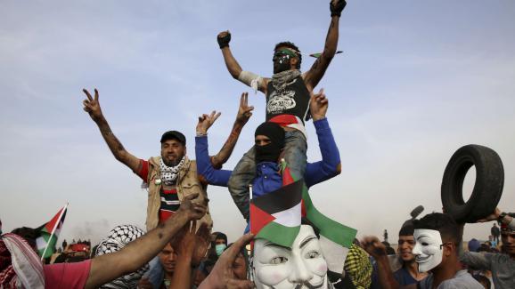 """Des Gazaouis manifestent lors de la \""""marche du retour\"""" à la frontière avec Israël, le 5 avril 2018."""