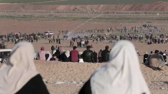 """Des dizaines de milliers de Palestiniens protestentpour le \""""droit au retour\"""", le long de la frontière séparant la bande de Gaza d\'Israël, le 1er avril 2018."""