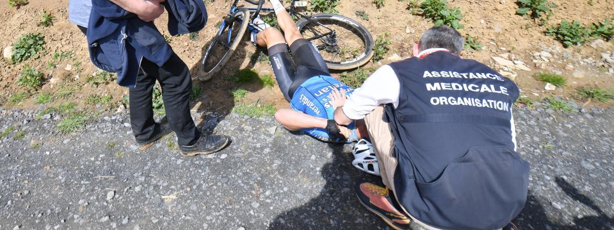 Le coureur belge Michael Goolaerts a fait une impressionnante chute sur le Paris-Roubaix, le 8 avril 2018.