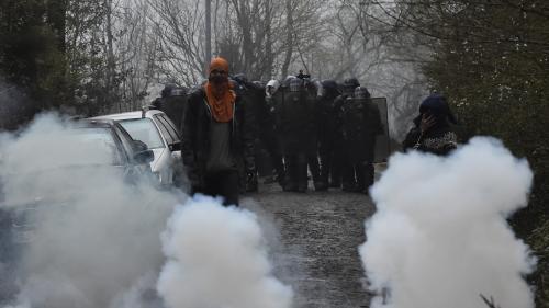 """""""En vingt ans de carte de presse, je n'ai jamais vu ça!"""" : à Notre-Dame-des-Landes, les journalistes coincés entre zadistes et gendarmes"""