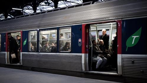 """Grève à la SNCF : les abonnés Transilien seront """"dédommagés de 50% du montant du pass Navigo"""" en avril et en mai"""