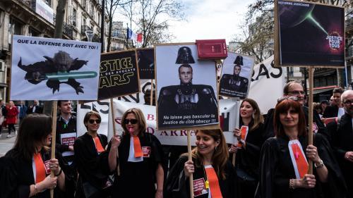 """Journée """"justice morte"""" : entre 4 000 et 7 000 avocats et magistrats dans la rue à Paris contre la réforme"""