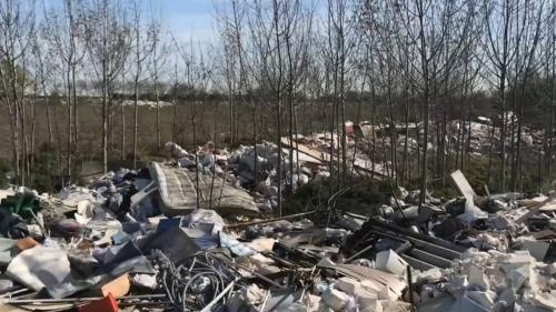 """Gravats, radiateurs, plaques d'amiante : une """"mer de déchets"""" dans les Yvelines provoque la colère des riverains"""